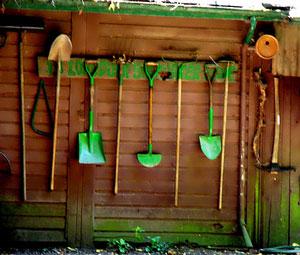 faux outils de jardin